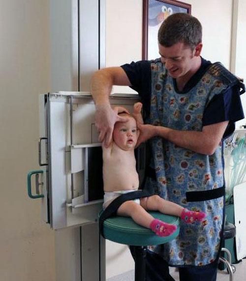 Младенец и врач
